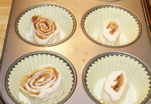 Mini-Cinnamon Rolls/Kelli's Retro Kitchen Arts